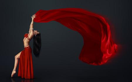 vientre femenino: Bailarín de vientre hermoso perfoming danza exótica en vestido aleteo rojo Foto de archivo