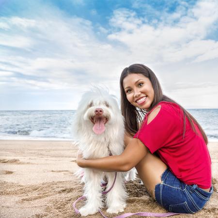 perro corriendo: Joven y bella mujer asiática caminar con el perro cerca del mar