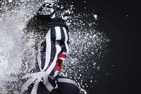 weiß: Fußball-Fan mit schwarzen und weißen Streifen-Flag auf Gesicht gemalt