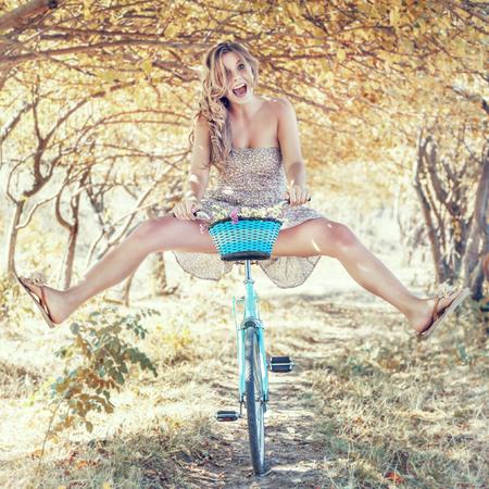 fille sexy: Jeune femme avec rétro bicyclette dans un parc - portrait en plein air