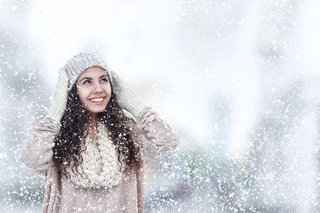 kapelusze: Młoda kobieta w zimie sweter ciepła i kapelusz