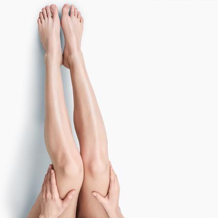 jolie pieds: Belles minces longues jambes f�minines isol� sur fond blanc Banque d'images