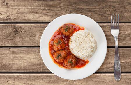 carne roja: Albóndigas asadas tradicionales con arroz y salsa de tomate