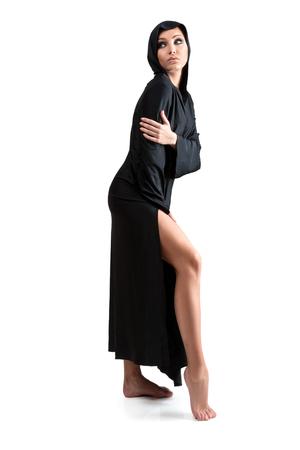 sotana: Mujer joven en el manto negro sobre fondo blanco