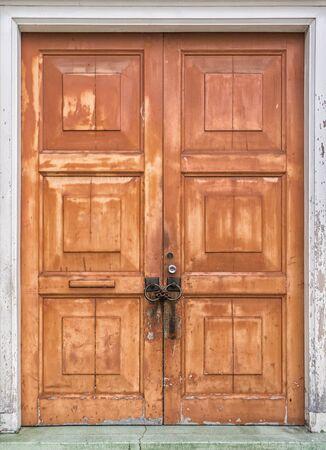 puertas de madera: Resumen foto de la vieja puerta rústica de madera desgastada pintura Foto de archivo