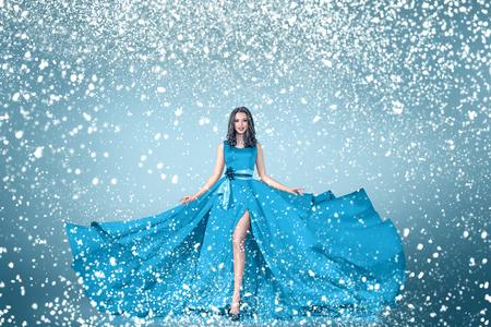 invierno joven mujer nieve en azul largo retrato de la moda vestido