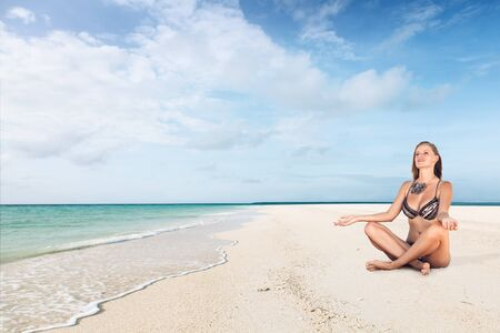 plage: Woman enjoying sunny day in resort on white sand tropical sea beach Stock Photo