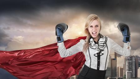 Jonge vrouw won slag. Portret van zakenvrouw in formele kleding met super helden cape Stockfoto