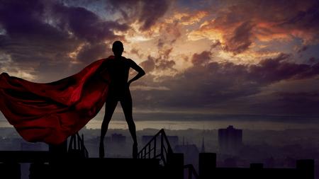 Abstraktes Silhouettenporträt der jungen Heldenfrau mit der roten Umhangwächterstadt der Superperson Standard-Bild