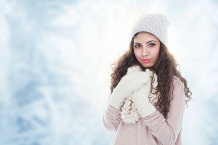 美しい若い女性の冬のファッションの肖像画 写真素材
