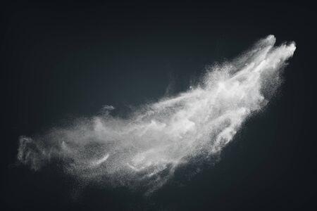 Abstraktes Design der weißen Pulverschneewolkenexplosion auf dunklem Hintergrund