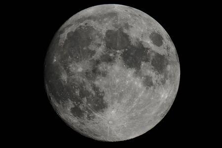 Księżyc w pełni zajmujący całą ramkę