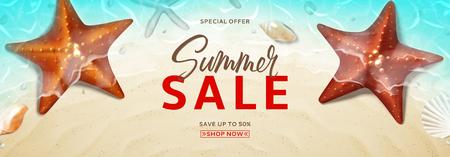 Banner publicitario para la venta de verano. Banner horizontal con conchas y estrellas de mar realistas en la playa en agua de mar. Ilustración de vector con oferta de descuento especial. Ilustración de vector