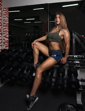poses de modelos: fitness modelo plantea en pesas Foto de archivo