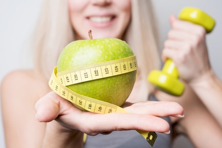 フィットネス モデルは、適切な栄養を提供しています。