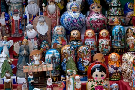 Traditionele Russische matryoshka poppen showcase street handelaar