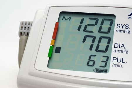 Bloeddruk meten geeft aan normale druk op een witte achtergrond