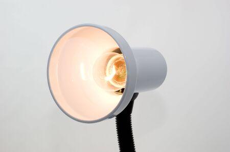 De tafel lamp op een witte achtergrond close-up