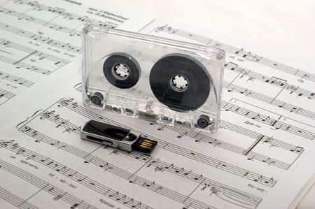 The music sheet tutorial solfeggio is a flash drive and cassette tape 版權商用圖片
