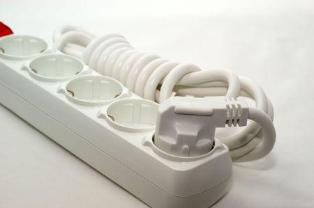 powerpoint: Alambre el�ctrico aislado con un tenedor y power point sobre un fondo blanco
