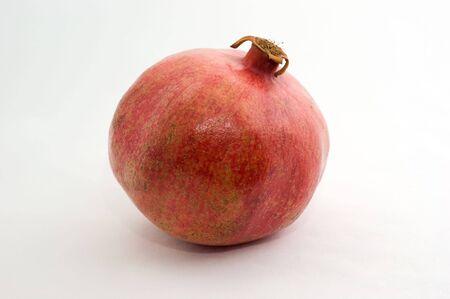 Een grote granaatappel een witte achtergrond close-up Stockfoto