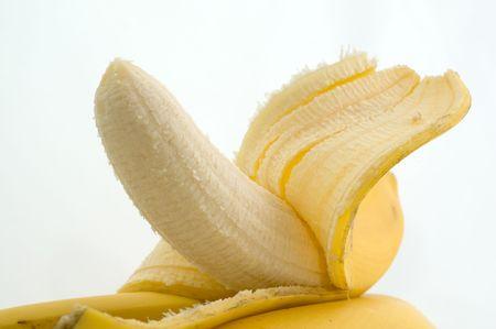 Half-ontruimde banaan op een plaat op een witte close-up als achtergrond Stockfoto - 8096890