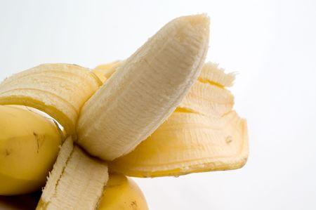 Half-ontruimde banaan op een plaat op een witte close-up als achtergrond