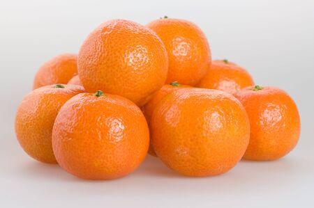 Zoete heldere mandarins op een witte close-up als achtergrond