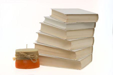 책은 흰색 배경에 양초로 누적됩니다.
