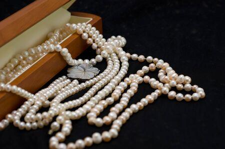 perle rose: Perles perl�s blancs et roses sur gros plan ch�les noir Banque d'images