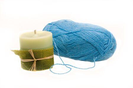 Matassa di lana blu su sfondo bianco. Alcuni sono valga la candela Archivio Fotografico - 8218719