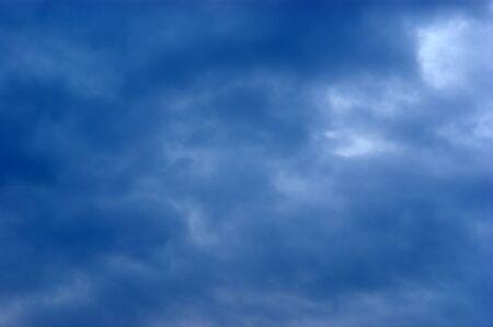 Hintergrund des Himmels. Blau wolkenschleier bewölkten Himmel. Standard-Bild - 8411970