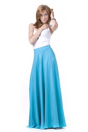 Portret van een beautifulgirl in een lange rok op een witte achtergrond