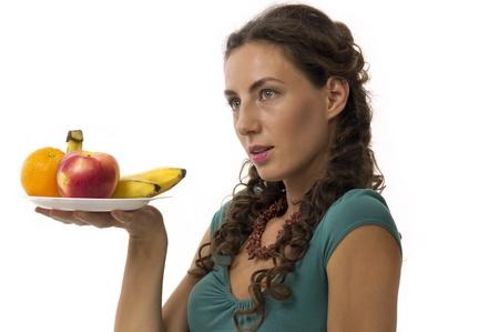 Meisje met fruit in uw handen op een witte achtergrond close-up