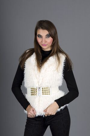 Portret van een meisje met lang haar in een witte vacht jas