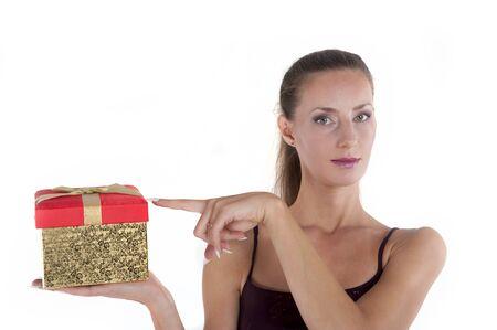 Meisje met een gift box met een witte achtergrond in de studio Stockfoto