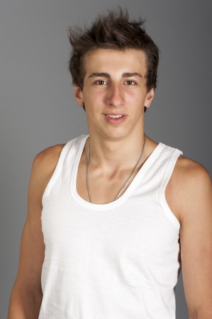 Portrait of a young man in a white t-shirt on a gray background in the Studio Stockfoto