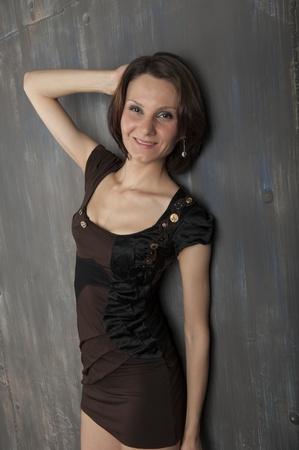 Portret van een jonge vrouw met een leuke korte kapsel