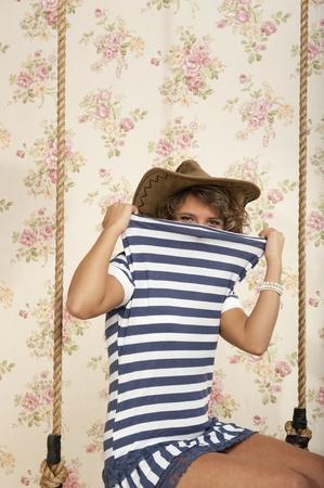 かわいい娘はブランコに青い縞模様のドレス