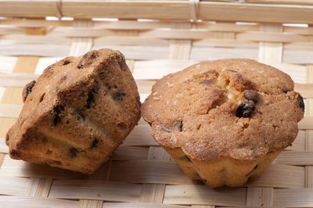 Fruitcake with raisins on wicker wooden platter Banco de Imagens