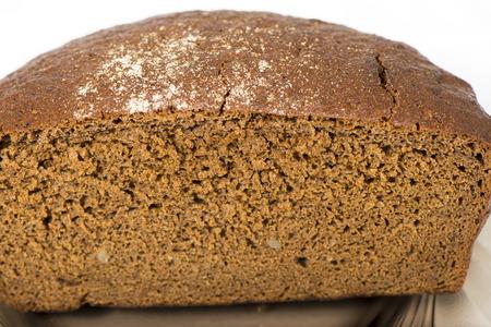 Zwart roggebrood met noten vla op de plaat Stockfoto