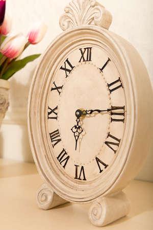 mantel: Vecchio orologio mensola spettacolo tempo 6 ore 15 minuti Archivio Fotografico