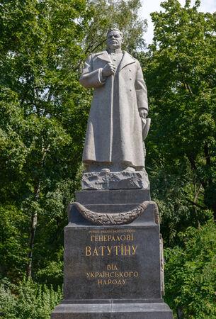 the liberator: Monumento Eroe dell'Unione Sovietica al generale Vatutin a Kiev Editoriali