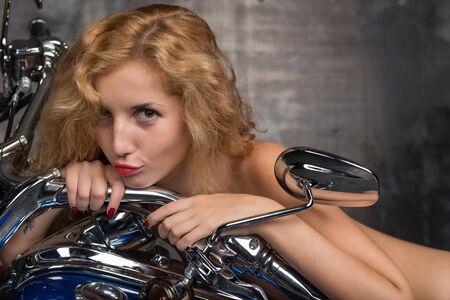 desnudo de mujer: Retrato de un joven hermosas chicas desnudas en motocicleta
