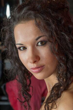 Portret van mooie jonge vrouw met krullend haar