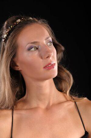 Portrait einer jungen schönen braunen Haaren auf einem schwarzen Hintergrund isoliert
