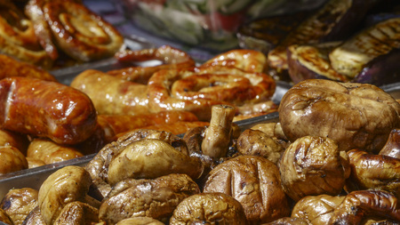 Grilled mushrooms champignons in a bowl close-up 版權商用圖片