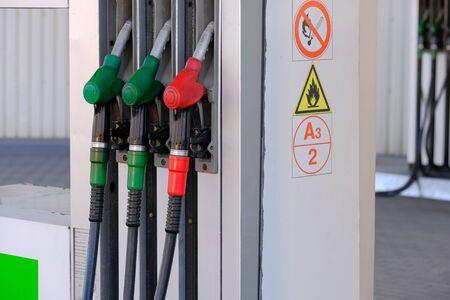 ガソリンとディーゼル燃料を充填するためのガソリンスタンドの3つのピストル