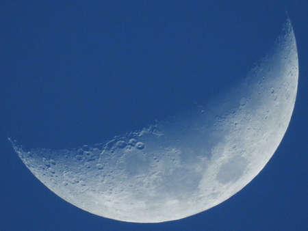 Phase des blauen Mondes isoliert auf hellem Himmel Standard-Bild - 58213671