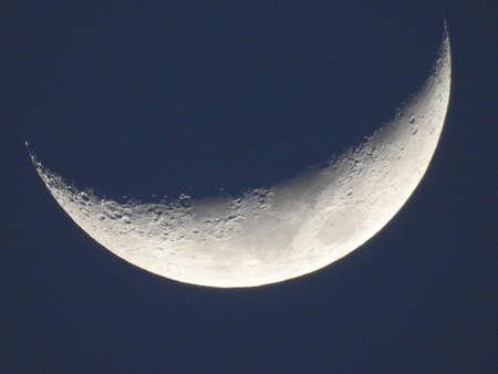 Fase de la luna azul aislado en el cielo oscuro